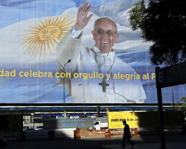 Outdoor com a imagem do papa na 9 de Julio. Foto Reuters